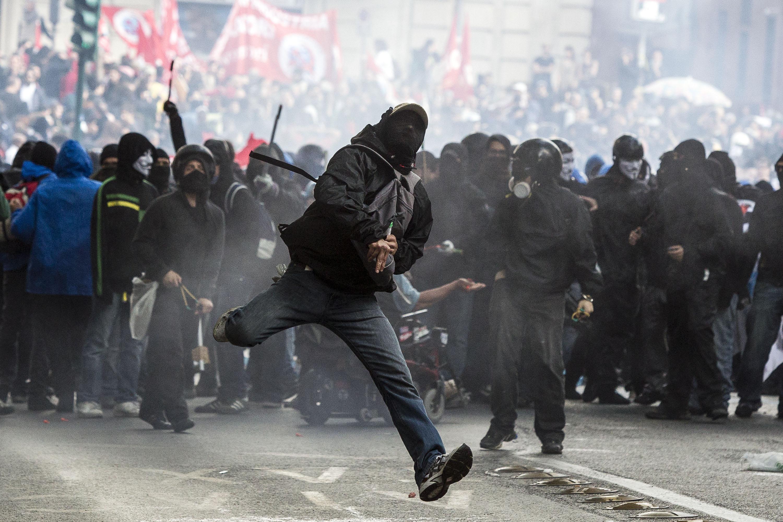 Un momento degli scontri al corteo degli antagonisti, Roma, 12 aprile 2014. ANSA/ ANGELO CARCONI